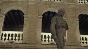 Vue de nuit de Plaza de Toros avec la statue du torero Manolo Montoliu, Valence banque de vidéos