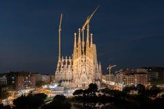 Vue de nuit de Sagrada Familia, une grande église catholique romaine à Barcelone, Espagne, conçue par l'architecte catalan Antoni image stock