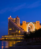 Vue de nuit sur des hôtels de ressource dans la ville d'Eilat, Israël Photo libre de droits