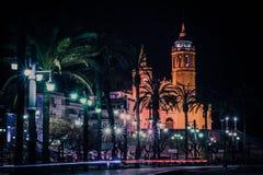 Vue de nuit sur l'église catholique photographie stock libre de droits