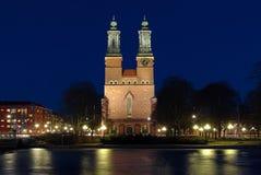 Vue de nuit sur l'église de cloîtres dans Eskilstuna Photos stock