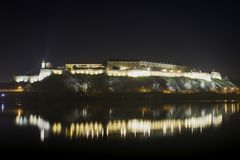 Vue de nuit sur la forteresse de Petrovaradin à Novi Sad, Serbie photographie stock libre de droits