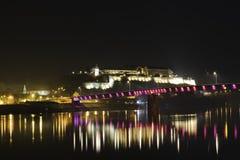 Vue de nuit sur la forteresse de Petrovaradin, Novi Sad image stock