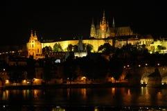 Vue de nuit sur le district de château de Prague Photographie stock libre de droits
