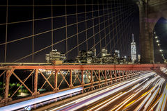 Vue de nuit sur Manhattan de pont de Brooklyn images stock