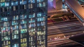 Vue de nuit de timelapse extérieur de tour d'appartement Gratte-ciel ayant beaucoup d'étages avec des lumières de clignotement da clips vidéos