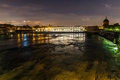 Vue de nuit de Toulouse, de Frances, et de la rivière de la Garonne, avec le pont de St Pierre et le dôme grave de La à l'arrière photo stock