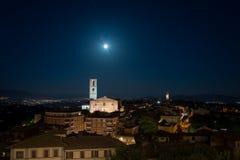 Vue de nuit de vieille ville de Pérouse avec la lune sur le dessus photographie stock libre de droits