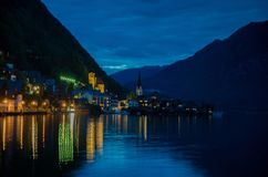 Vue de nuit de village célèbre de Hallstatt en Autriche images stock