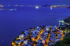 Vue de nuit de voisinage d'Urca, d'aéroport de Santos Dumont et de pont de Rio-Niteroi Photographie stock