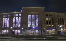 Vue de nuit de Yankee Stadium dans le Bronx New York photos stock