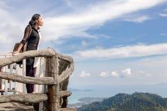 Vue de observation de femme au-dessus de la mer Photographie stock libre de droits