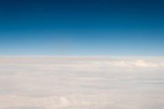 Vue de outre de l'avion sur des nuages Images stock