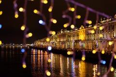 Vue de palais d'hiver du pont de palais décoré la nuit St Petersburg Russie photographie stock libre de droits