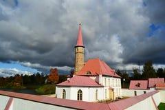 Vue de palais de Priory un jour nuageux image stock