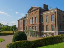 Vue de palais de Kensington, une résidence royale située dans des jardins de Kensington à Londres un jour ensoleillé photo stock
