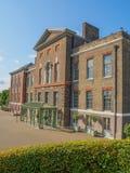 Vue de palais de Kensington, une résidence royale située dans des jardins de Kensington à Londres un jour ensoleillé photos libres de droits