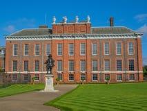 Vue de palais de Kensington, une résidence royale située dans les jardins de Kensington, Londres avec une statue du Roi William I photos libres de droits