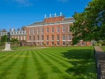 Vue de palais de Kensington, une résidence royale située dans les jardins de Kensington, Londres avec une statue du Roi William I photographie stock
