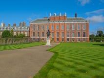 Vue de palais de Kensington, une résidence royale située dans les jardins de Kensington, Londres avec une statue du Roi William I image libre de droits