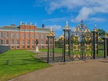 Vue de palais de Kensington, une résidence royale située dans les jardins de Kensington, Londres avec une statue du Roi William I photos stock