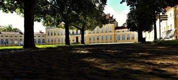 Vue de palais de village de Rogalin, Pologne images libres de droits
