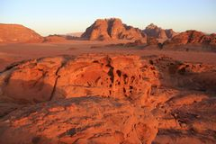 Vue de Panaroma de vallée de Wadi Rum sur le coucher du soleil Photographie stock