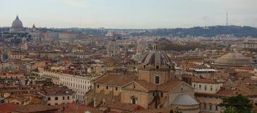Vue de panorama au-dessus de Rome, le dôme de St Peter au fond photographie stock libre de droits