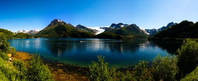 Vue de panorama au glacier de Nordfjorden et de Svartisen, Meloy, Norvège Photographie stock