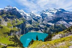 Vue de panorama d'Oeschinensee (lac Oeschinen) sur l'oberla bernese Photo libre de droits