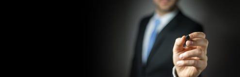 Vue de panorama d'une écriture d'homme d'affaires avec un stylo Images stock