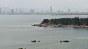 Vue de panorama de Da Nang par le fleuve Han par la période crépusculaire Le Da Nang est un de ville portuaire principale au Viet banque de vidéos