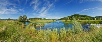 Vue de panorama de fleuve Gacka près d'OtoÄac, Croatie Images stock