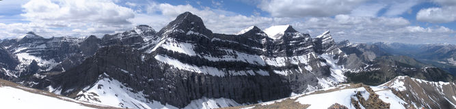 Vue de panorama de montagne rocheuse au début de l'été Photographie stock