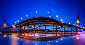 Vue de panorama de pont en route de ` de Bhumiphol de ` à travers la rivière de ` de Chaopraya de ` à Bangkok Thaïlande avec le f image libre de droits