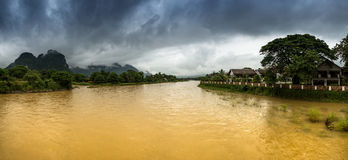 Vue de panorama de rive au Laos Photos stock