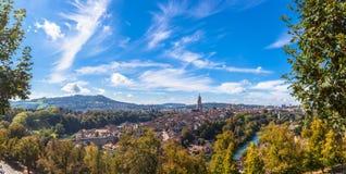 Vue de panorama de vieille ville de Berne à partir de dessus de montagne Image libre de droits
