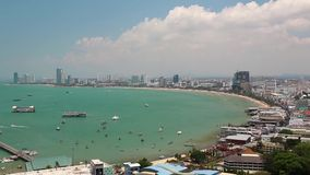Vue de panorama de ville de Pattaya et de Golfe du Siam, Thaïlande banque de vidéos