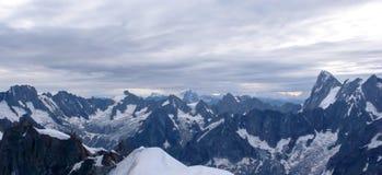 Vue de panorama des Alpes français près de Chamonix avec le plan Ridge du Midi dans le premier plan Photographie stock