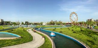 Vue de panorama des personnes ayant l'amusement dans le parc d'attractions public des jeunesse &#x28 ; Tineretului Park&#x29 ; Photo libre de droits