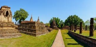 Vue de panorama des ruines de Wat Mahathat en parc historique de Sukhothai Photographie stock libre de droits
