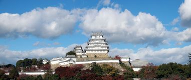 Vue de panorama du château blanc de Himeji sur la lumière du soleil avec le fond de ciel bleu Photos libres de droits