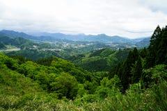 Vue de panorama et de ville de montagne de verdure de loin Photographie stock libre de droits