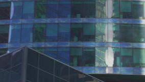 Vue de panorama de fenêtres de bureaux des bâtiments au district des affaires de la ville métropolitaine clips vidéos