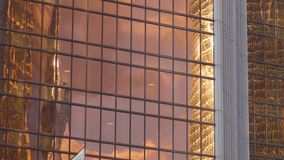 Vue de panorama de fenêtres de bureaux des bâtiments au district des affaires de la ville métropolitaine banque de vidéos
