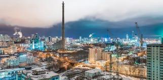 Vue de panorama de la tour de TV et de la rivière d'Iset photographie stock libre de droits