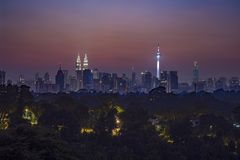 Vue de panorama de lever de soleil bleu d'heure en Kuala Lumpur Photos stock