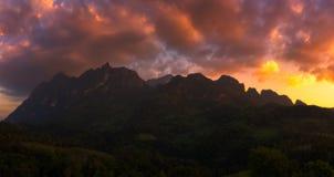 Vue de panorama de montagne de Doi Luang Chiang Dao pendant le coucher du soleil images libres de droits