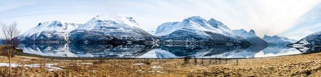 Vue de panorama - printemps dans les Alpes de Lyngen, Norvège Photos stock