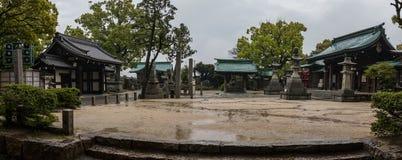 Vue de panorama sur des b?timents et le paysage du tombeau bouddhiste japonais de Fukiage pendant un jour pluvieux Imabari, pr?fe photographie stock libre de droits